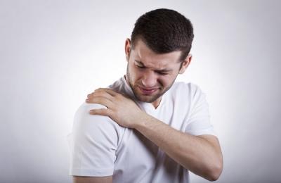 Боль в плече у мужчин
